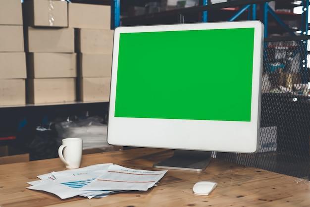 창고 보관실에 녹색 화면이 표시된 컴퓨터