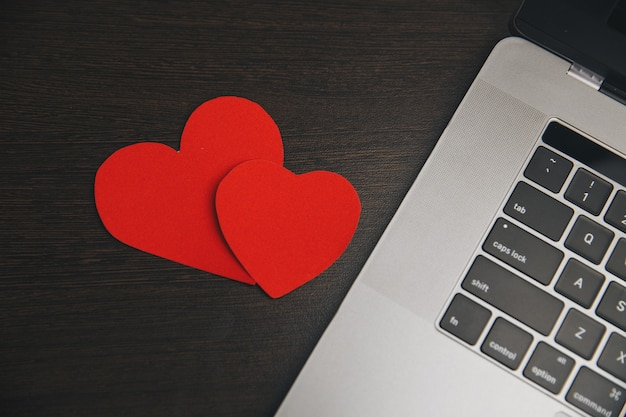 Компьютер с красными сердечками на столе
