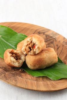 Комро или комбро - традиционная яванская закуска из тертого маниока, обжаренного во фритюре.