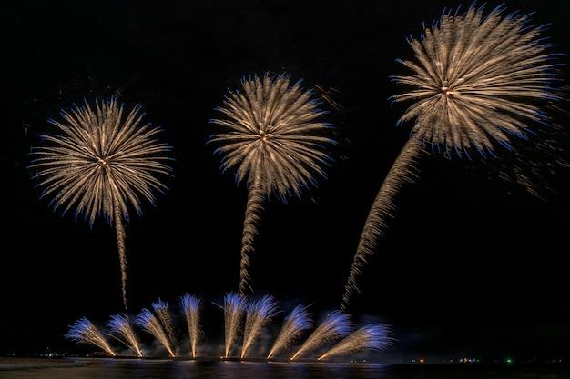海の上の大きなボートからの幻想的な多色花火の祝典、お祝いのconc