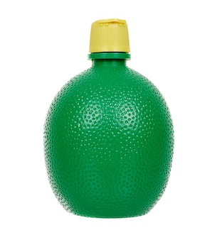 緑の瓶にレモン果汁を濃縮します。空白で隔離。
