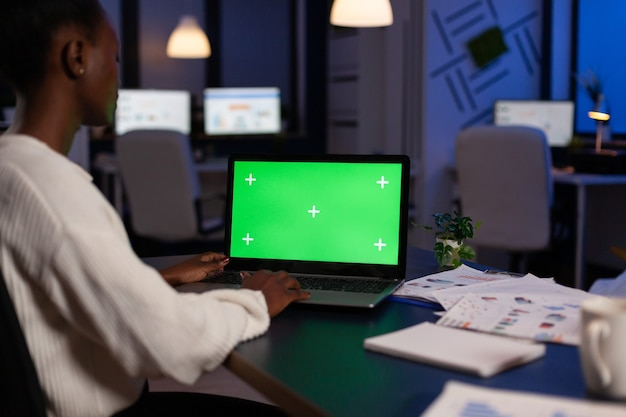 財務戦略で勤勉な集中アフリカ系アメリカ人実業家