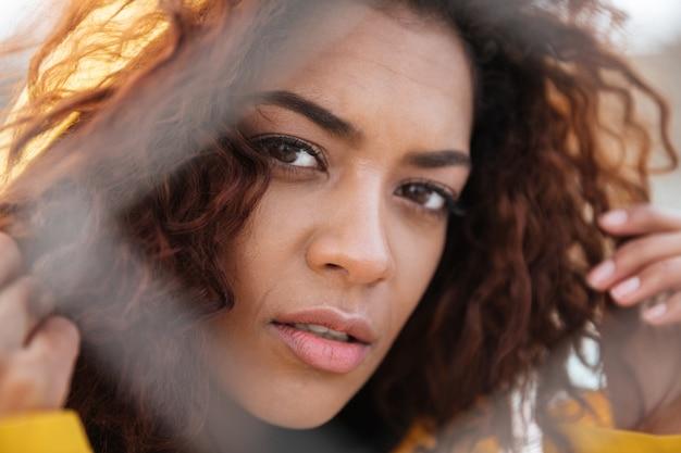 集中アフリカの巻き毛の若い女性 無料写真