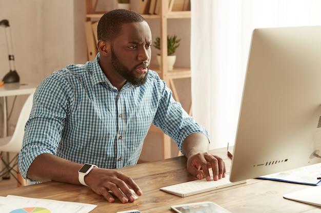 직장에서 원격으로 일하는 아프리카계 미국인 사업가에 집중하고 있는 젊은 아프리카계 미국인 남자