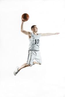 Концентрированный баскетболист прыжки