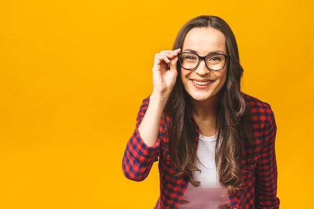 Сосредоточенная красивая дама с плохим зрением трогает очки, пытаясь прочитать текст