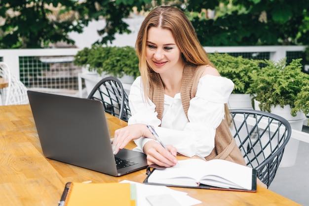 創造的なタスクに取り組んでいる集中金髪女性コピーライター
