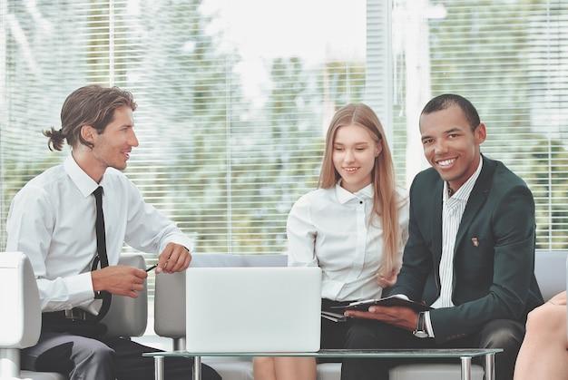 ビジネスの問題を考えている職場に集中したビジネスチーム。コピースペースで写真