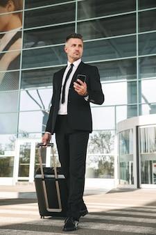 スーツに身を包んだ集中している実業家