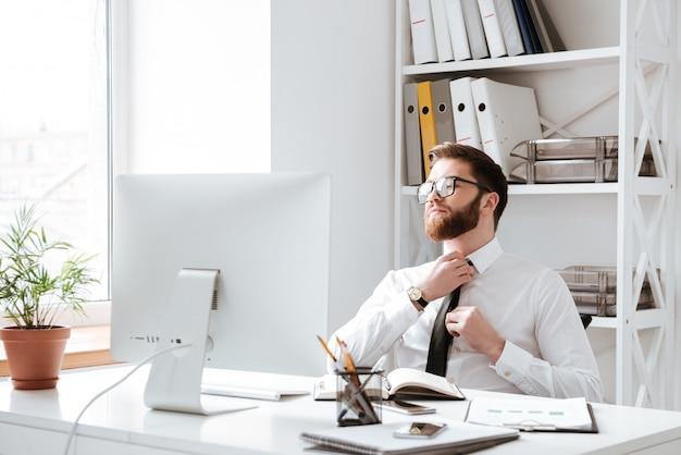 コンピューターを見て集中している実業家。