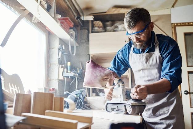 Concentrated carpenter with belt sander