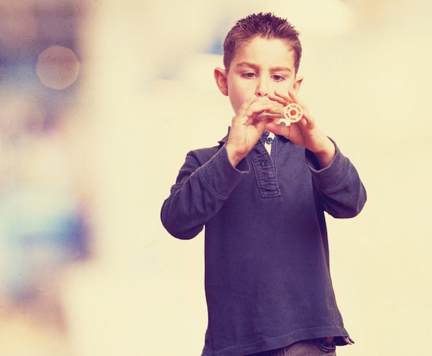 Концентрированный ребенок, играющий на флейте