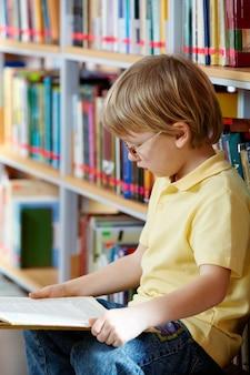읽는 동안 집중된 아이