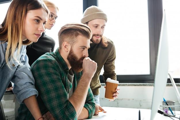 컴퓨터를 사용하여 사무실에서 집중된 동료