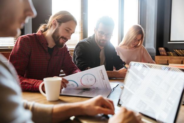 Colleghi concentrati seduti in ufficio e coworking
