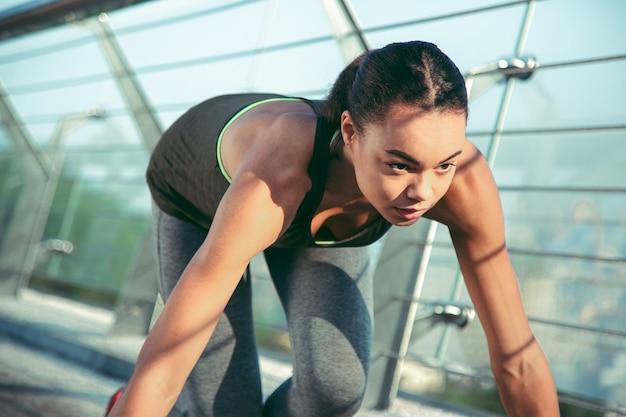야외에서 달릴 준비를 하는 집중된 경험 많은 운동 선수