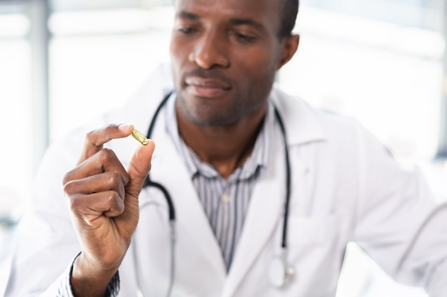 비타민을 시연하면서 손을 드는 집중된 국제 의사