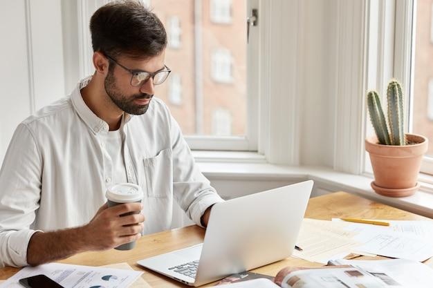 在宅勤務の集中男性エグゼクティブマネージャー
