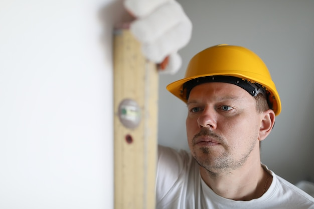Сконцентрированный мужчина в работе
