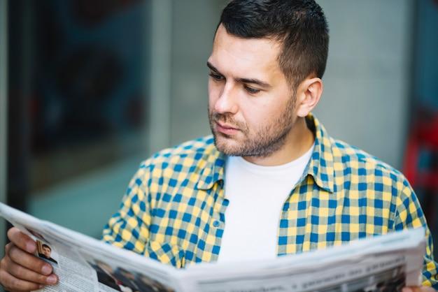 集中した男のニュースを読む