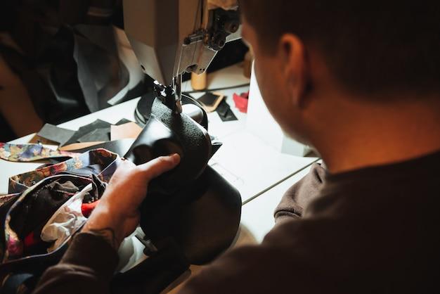 靴のワークショップで男の靴屋を集中。 Premium写真