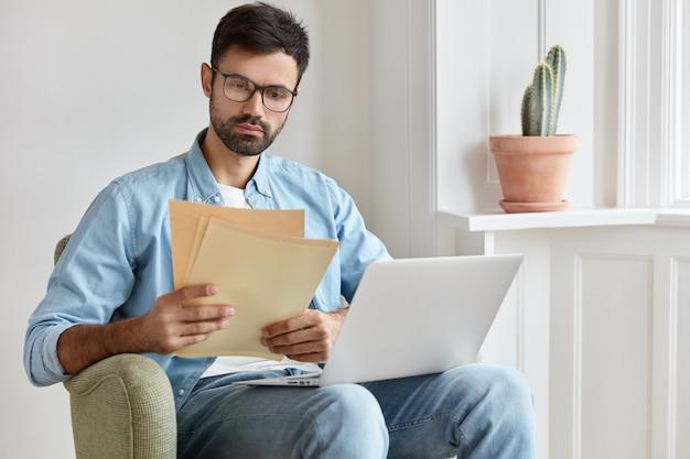 Сосредоточенный менеджер, работающий дома