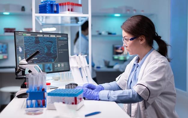 현대 장비를 갖춘 실험실에서 집중된 전문 여성 과학자