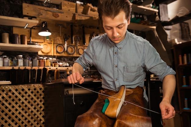 靴を作るワークショップに集中した靴屋