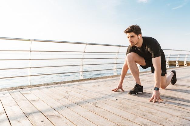 Сосредоточенный спортсмен на открытом воздухе на пляже