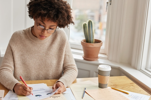 집에서 일하는 집중된 통계 학자