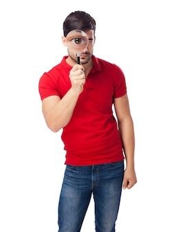 Концентрированный подросток с увеличительным стеклом