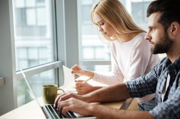 Сосредоточил двух коллег в офисе коворкинг при использовании ноутбука