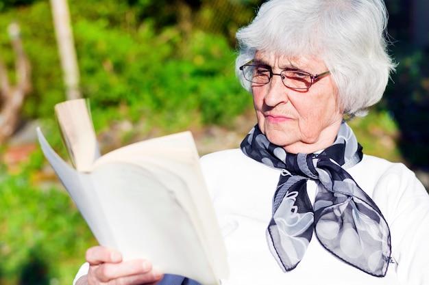 Donna concentrata godendo di un romanzo