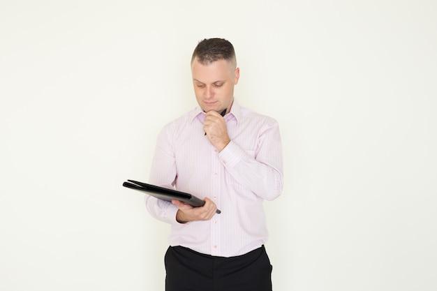 Концентрированный молодой предприниматель мышления решения до подписания контракта.