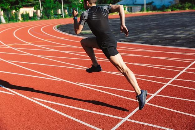 Сконцентрированный молодой спортсмен