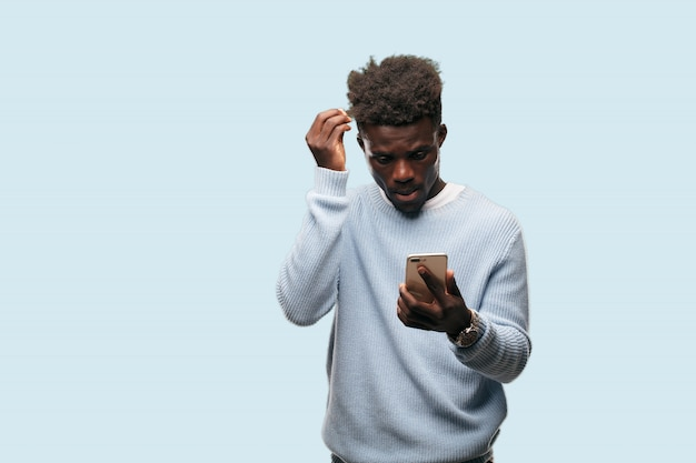 Молодой человек афроамериканца выражая concep