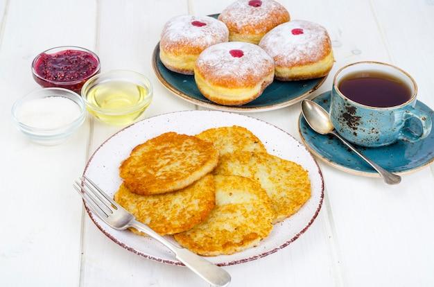 コンセプトと背景のユダヤ人の祝日のハヌカ。伝統的な食べ物のドーナツとジャガイモのパンケーキlatkes。フラットレイアウトまたはトップビュー。
