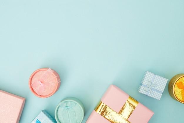 コンセプトブラックフライデー、ピンクのパステル背景、コピースペース、flatlayのショッピングカートのギフトボックス