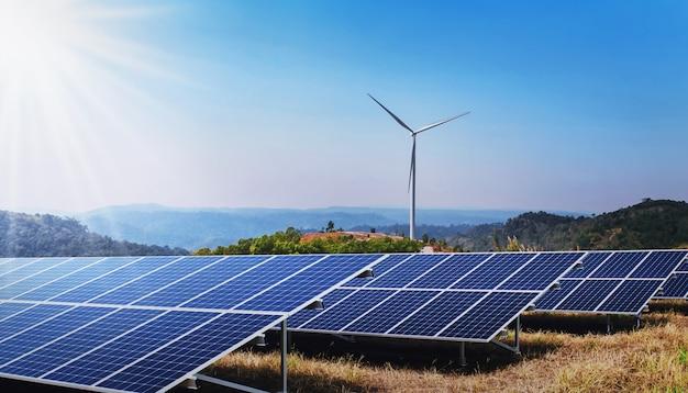 자연의 개념 청정 에너지 전력. 햇빛 언덕에 태양 전지 판과 풍력 터빈