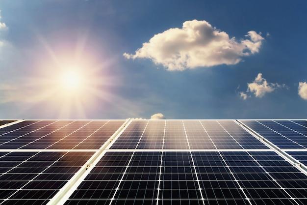 개념 청정 전력 에너지. 태양 전지 패널과 푸른 하늘 배경으로 햇빛