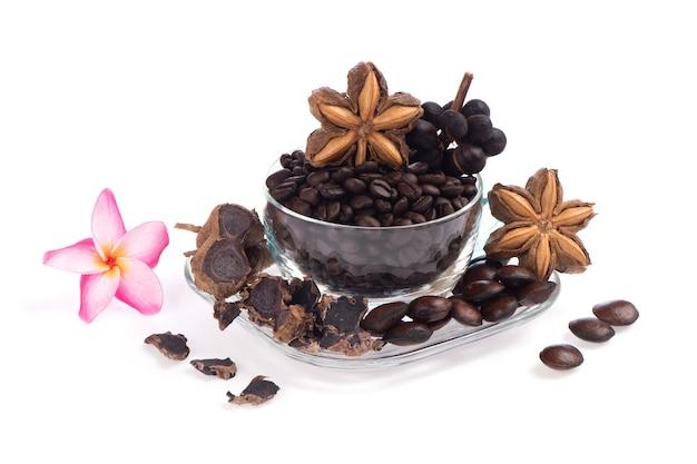 白い背景で隔離の健康のためのコンセプトコーヒーミックスブラックガランガルとサチャインチハーブ。