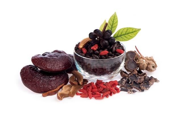 白い背景で隔離の健康のためのコンセプトコーヒーミックスブラックガランガル、霊芝、ゴジベリーハーブ。