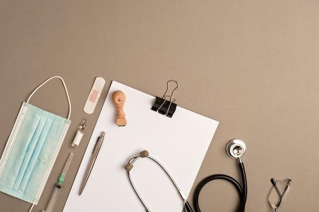 Концепция коронавируса с медицинскими инструментами, защитный материал
