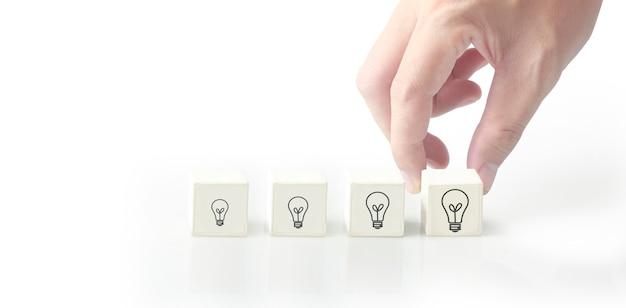 개념 창의적인 아이디어와 혁신입니다. 기호가 있는 큐브 블록