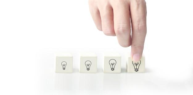 개념 창의적인 아이디어와 혁신. 기호로 손에 큐브 블록