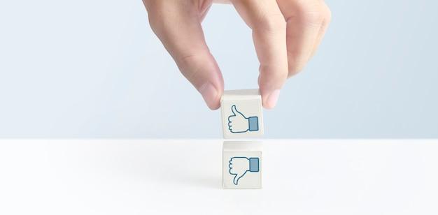 コンセプトの創造的なアイデアと革新。シンボルと手にキューブブロック