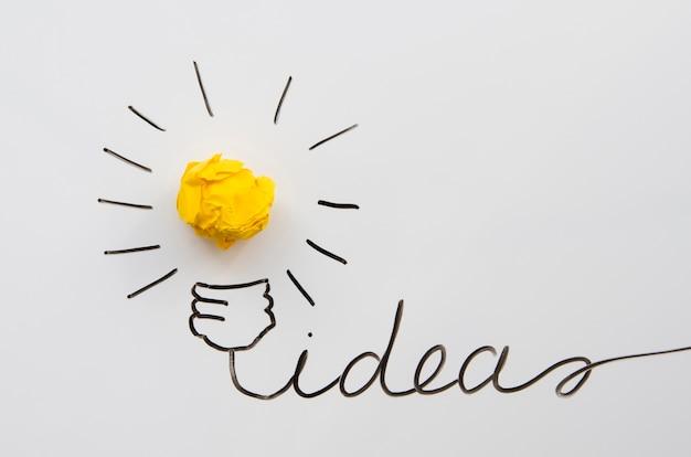 전구로 종이 공 개념 창조적 인 아이디어와 혁신