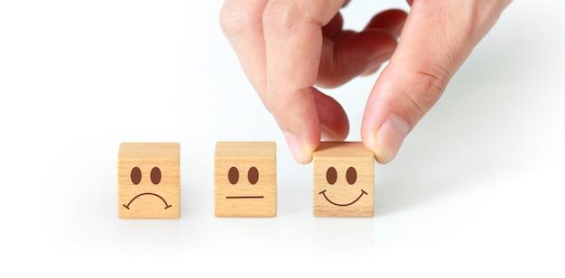 Концепция творческой идеи и новаторства. деревянный кубик в руке с символом