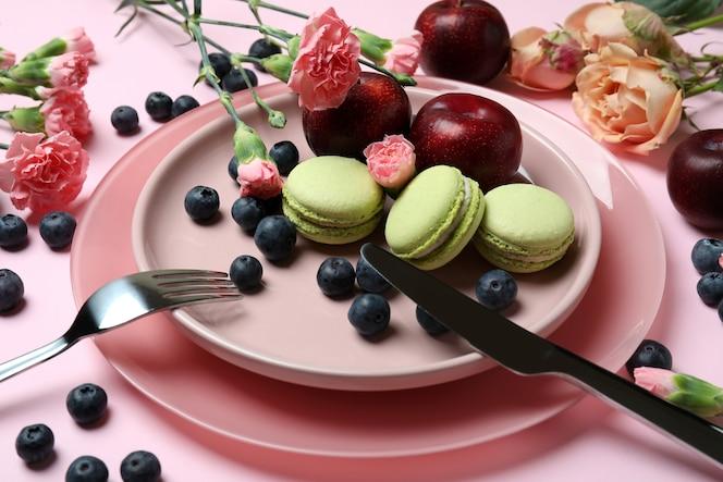 concetto di delizioso mangiare su sfondo rosa