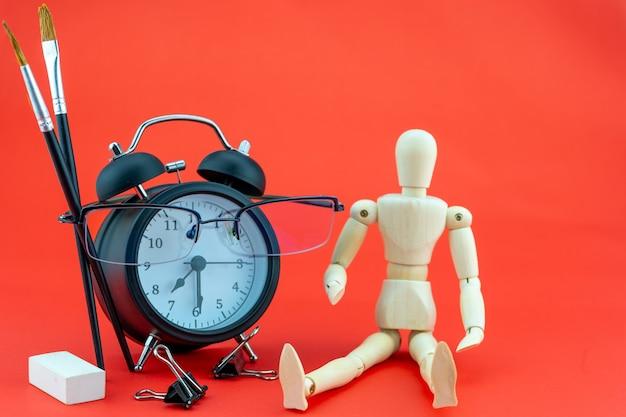 개념 교육 또는 비즈니스 알람 시계 및 교사 안경 화려한 배경에 고립 된 비즈니스 개체 학교 개념으로 돌아가기